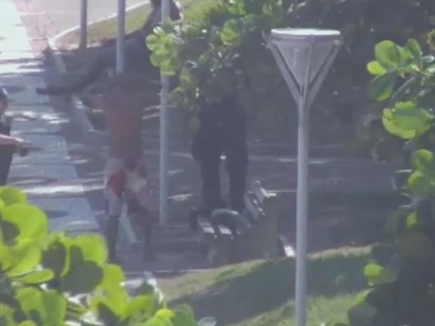 Elemento é detido por tráfico de drogas após ser flagrado por câmeras da Guarda Municipal de Santos