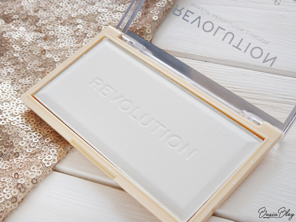 transparentny biały puder matujący prasowany Makeup Revolution Matte Base Powder P0