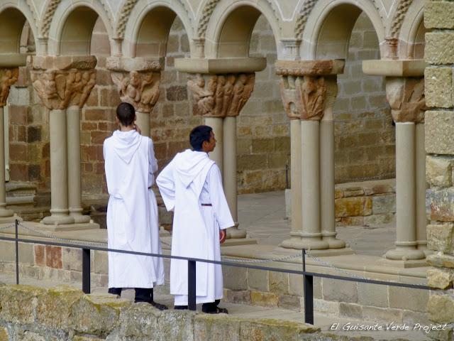 Monasterio de San Juan de la Peña - Monjes en el Claustro, por El Guisante Verde Project