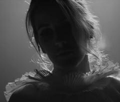 Ellie Goulding no clipe de Flux