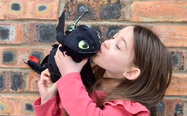 girl kissing toothless the dragon HTTYD