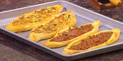 فطائر مفتوحة بالجبنة واللحمة