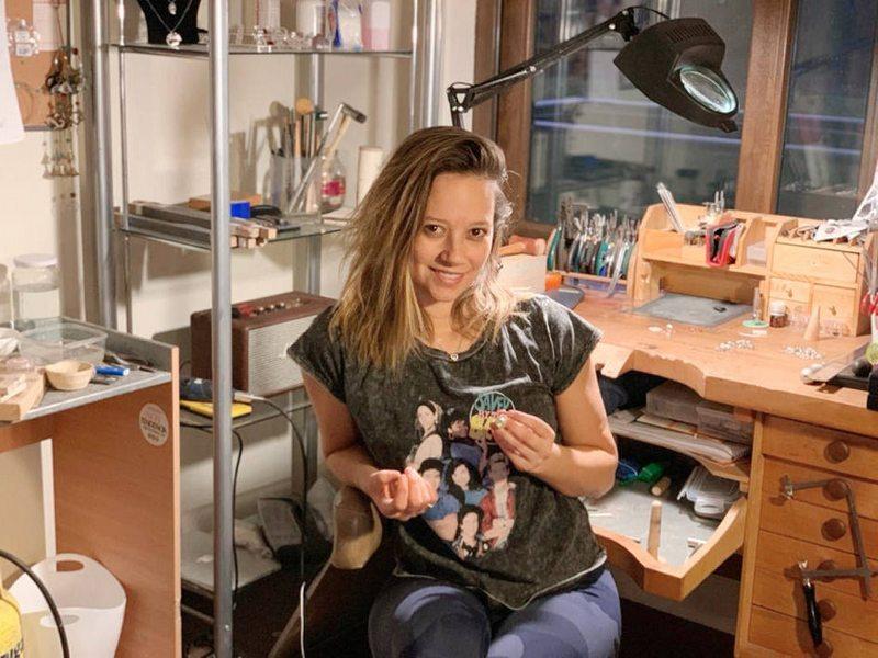 Ingrid Parra se pasa la cuarentena haciendo y vendiendo joyas