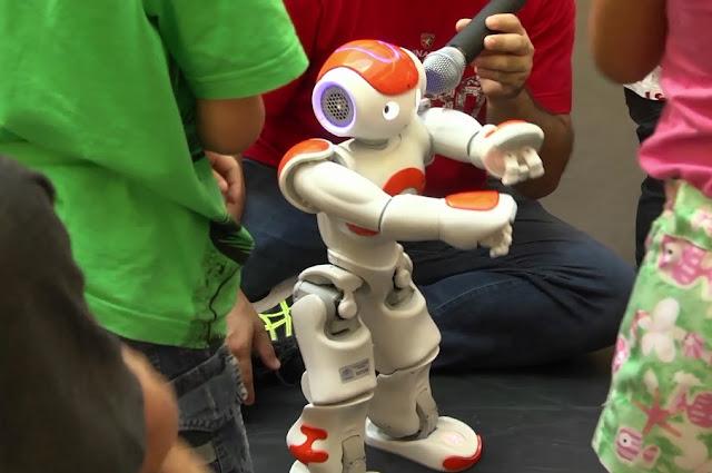 A Plataforma Robolivre vai realizar competições de robótica a partir de quinta-feira (30) no Shopping Paço Alfândega, dentro da programação do Rec' n' Play. As atividades são gratuitas e as inscrições estão abertas. Para o público infantil, haverá uma exposição e apresentação de robôs Alpha, que vão dançar e cantar em um mini palco. No anexo, tem fotos de divulgação do robô Alpha.