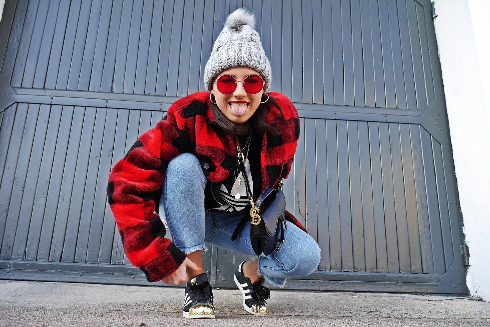 blog modowy blogerka modowa karyn puławy szara czapka z pomponem sinsay buty adidas originals superstar kurtka w kratę pull&bear spodnie jeansy stylizacja zimowa look