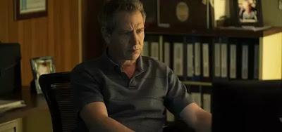 O detetive Ralph (Ben Mendelsohn) é escalado para investgar um crime terrível em The Outsider