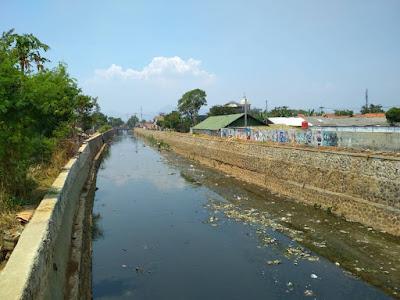 Gambar 4  Kondisi Sungai Cidurian Titik 8 Arah Hilir yang Dipenuhi Sampah Plastik