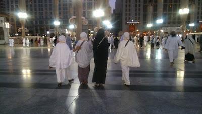 mbak tukang mbolang disatukan dalam sekelompok nenek Umrah Bersama Segerombolan Nenek-Nenek [Saudi Arabia]