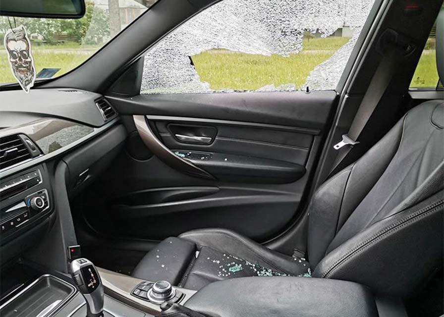 Sadauzīts auto sānu durvju logs