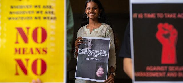 Mujeres jóvenes se pronuncian contra la violencia de género en la India.© UNICEF/Vinay Panjwani