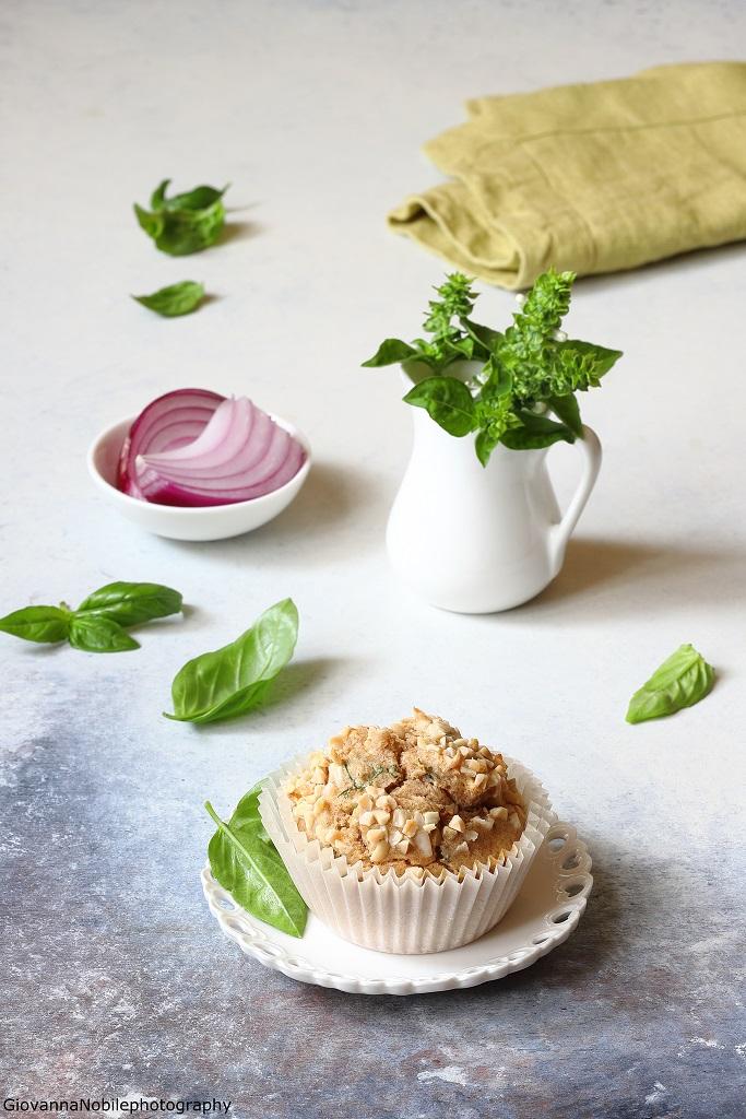 Muffin con cipolle rosse, ricotta salata e basilico