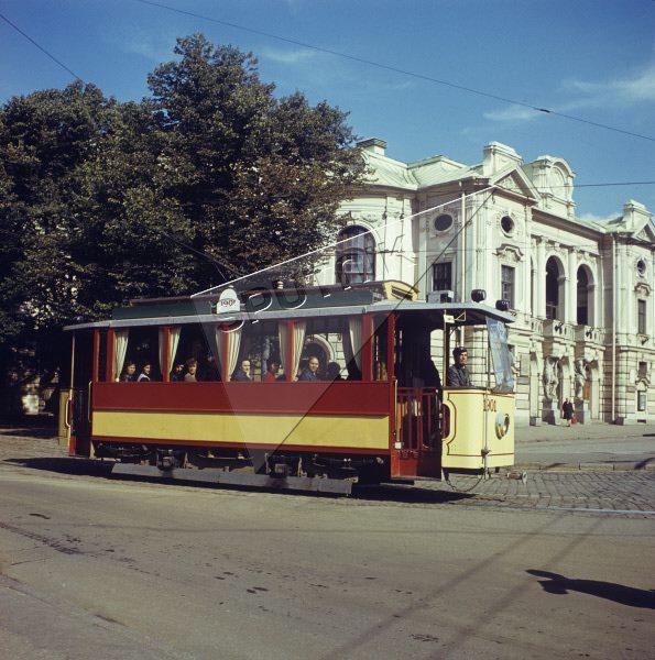 1986 год. Рига. Экскурсионный трамвай 1901 года выпуска (отреставрированный в начале 1980-х годов) курсирует по улицам латвийской столицы. В кабине первый водитель обновленного ретро-трамвая Лаймонис Виткус