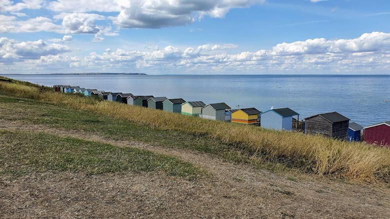 海灘旁邊的小屋 (huts)