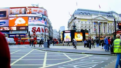 Famoso punto de encuentro como  Piccadilly Circus  Londres Inglaterra rodeado de luces y importantes tiendas