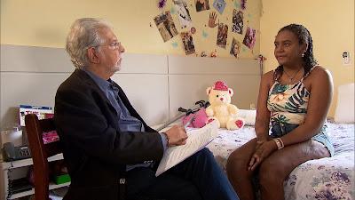 Foto/divulgação: Domingos Meirelles entrevista Thalita, que escapou do massacre da escola de Suzano.