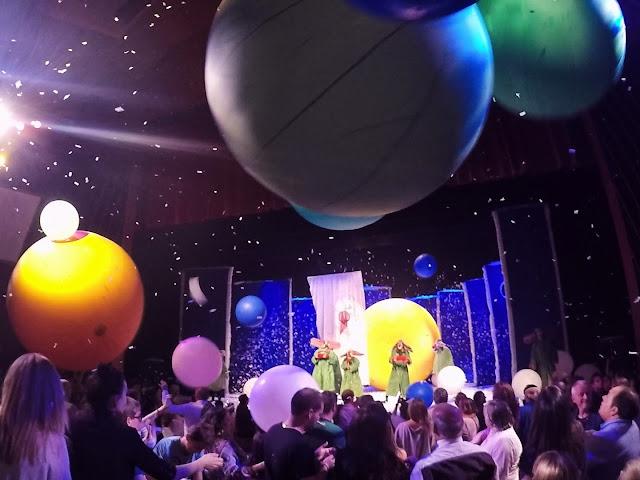 Balones gigantes sobrevuelan la sala