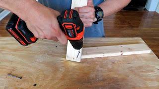 tornillo se desliza al colocarlo sobre la madera