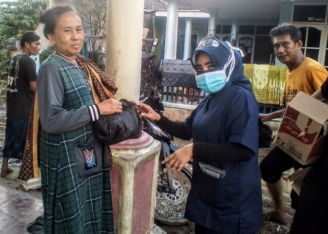 Dokter Zam Selalu Hadir, Mengunjungi warga yang terkena musibah Dampak Banjir di Kelurahan Keteguhan