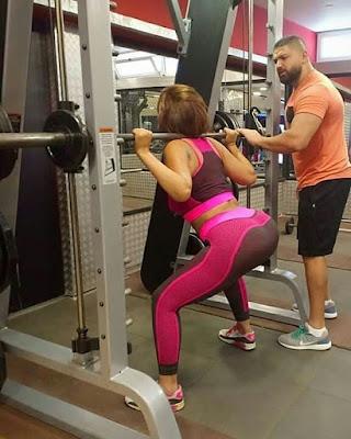 إطلالة رياضية للفنانة سما المصري خلال أدائها لبعض التمارين داخل صالة الألعاب الرياضية.