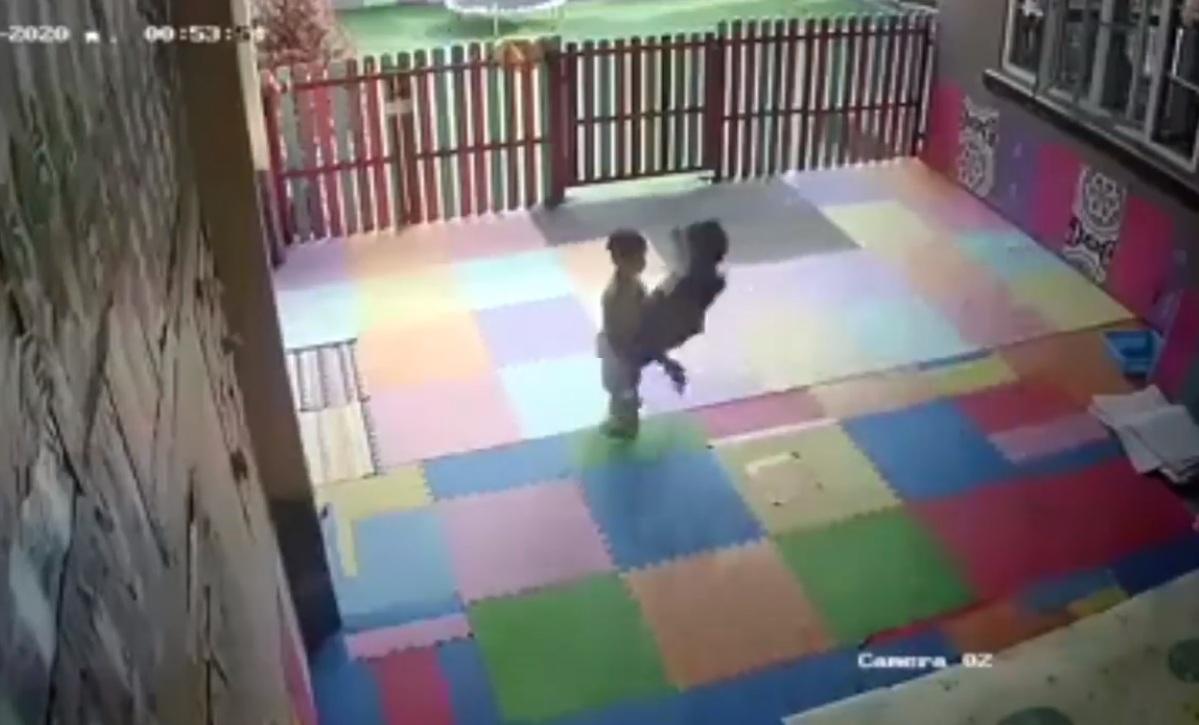 Phụ huynh trước khi rước bé đi học về nhớ để ý xem bé nhà mình có gì không nha ..!