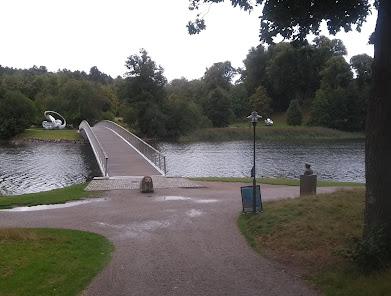 Folke Bernadottes bro. Folke själv ser ett par av konstverken från sin plats vid brofästet.