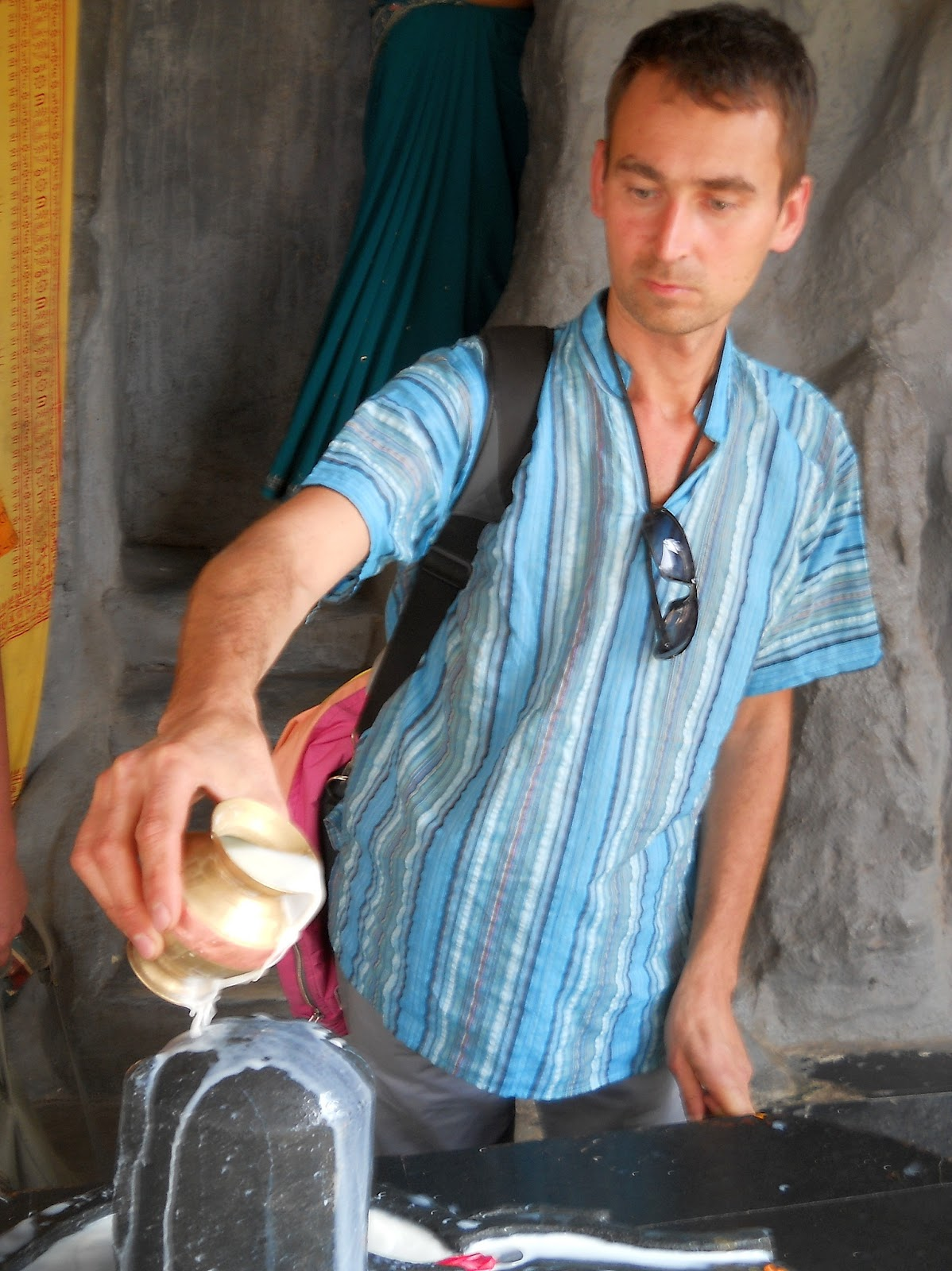 поливание молоком лингама
