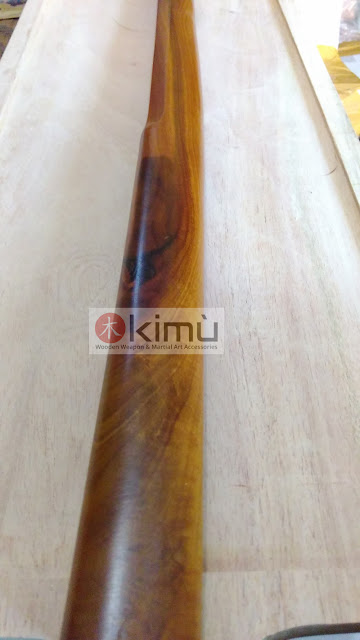 Gagang (tsuka) bokken atau pedang kayu sawo dengan mata kayu