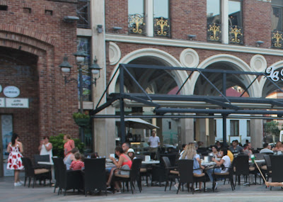 سائحون في ساحة للمطاعم في جورجيا