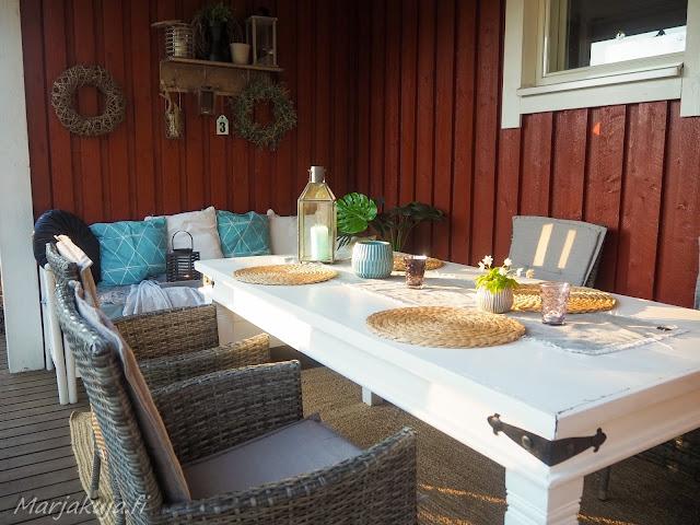 terassi katettu sisustus polyrottinki boheemi skandinaavinen kesä ruokailutila ruokapöytä ruokailuryhmä valkoinen puu pöytä maalattu