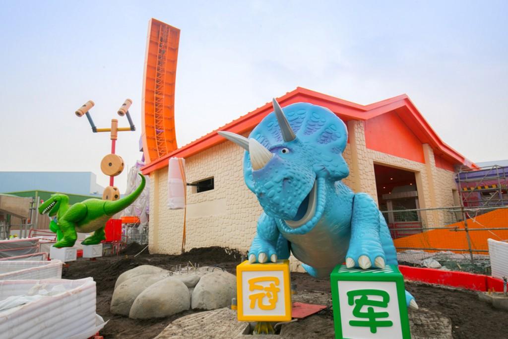 [Shanghai Disneyland] Toy Story Land (2018) - Page 3 %25E5%259B%25BE%25E7%2589%25872-%25E6%258A%25B1%25E6%258A%25B1%25E9%25BE%2599%25E5%2592%258C%25E7%2589%25B9%25E8%2595%25BE%25E8%25A5%25BF%25E5%259C%25A8%25E2%2580%259C%25E8%25BF%25AA%25E5%25A3%25AB%25E5%25B0%25BC%25C2%25B7%25E7%259A%25AE%25E5%2585%258B%25E6%2596%25AF%25E7%258E%25A9%25E5%2585%25B7%25E6%2580%25BB%25E5%258A%25A8%25E5%259B%25AD%25E2%2580%259D%25E5%25AE%2589%25E8%25A3%2585%25E5%25AE%258C%25E6%2588%2590-1024x683