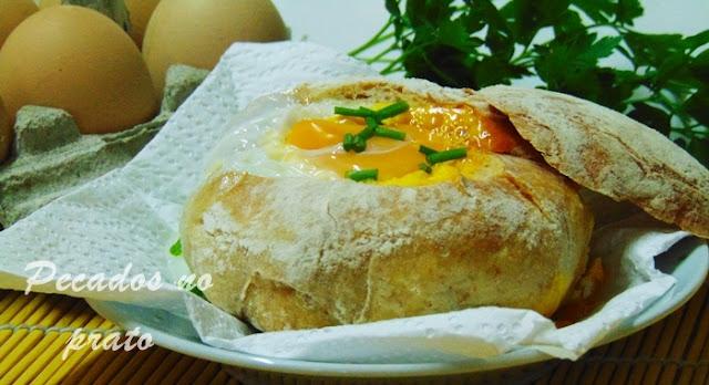 Pão recheado com ovo e queijo no microondas