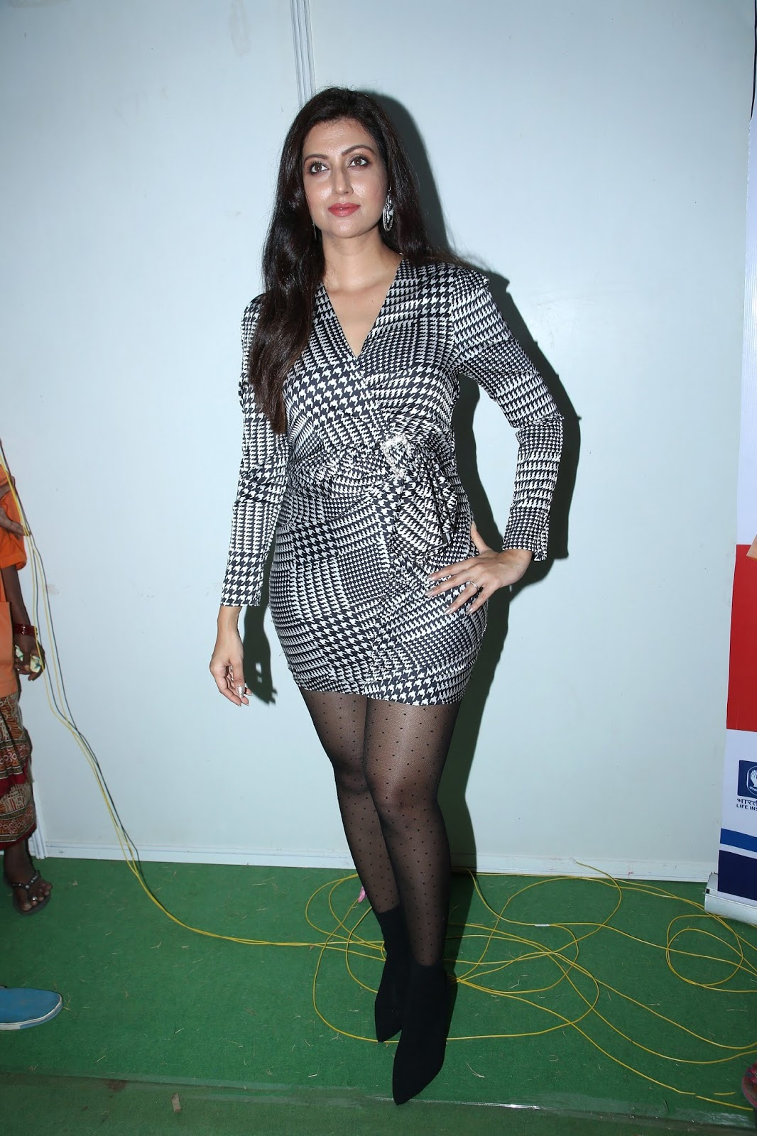 Hamsa Nandini's Meaty Thighs In Stocking At Pakka Event