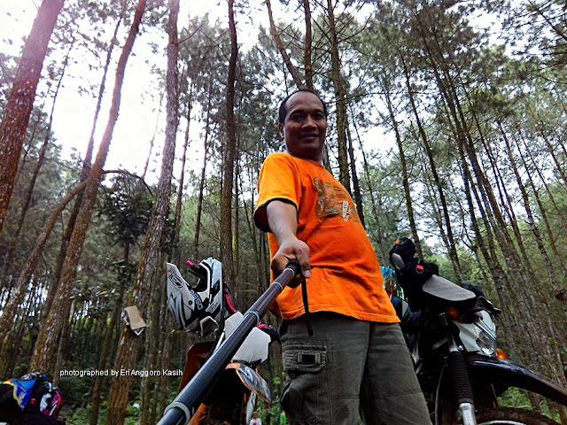 Selfie di titik finish dalam kawasan hutan pinus
