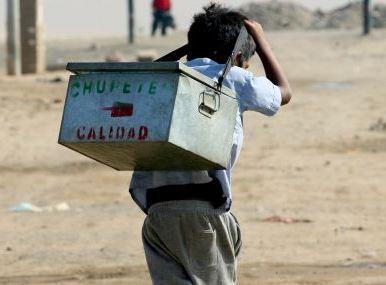 Foto de niño caminando con su caja de chupetes