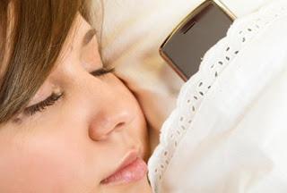 Jangan Bawa Ponsel Saat Tidur Jika Tidak Ingin Terkena 3 Penyakit Ini