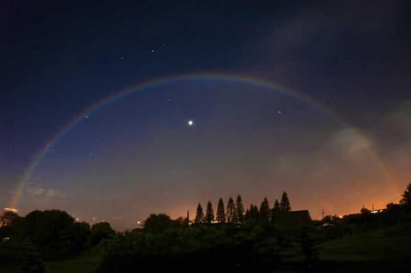 fenomena pelangi di malam hari