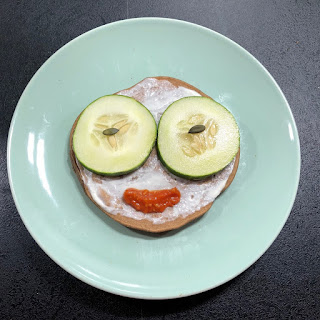 pancakes salées vegan potiron, châtaigne et graines de courge avec yaourt, concombre et sauce tomates