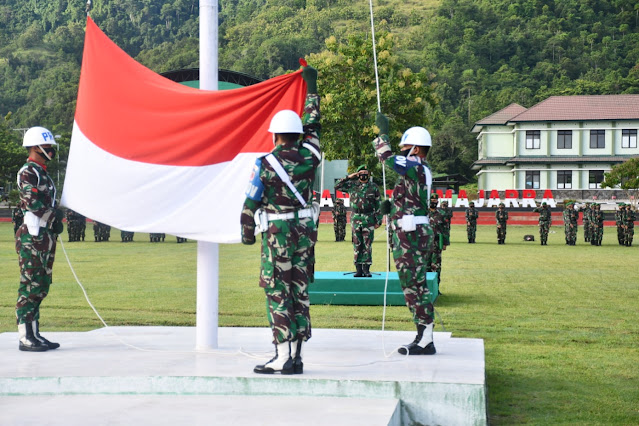 Kasi Ops Rem 142/Tatag Irup upacara bendera di Korem 142/Tatag