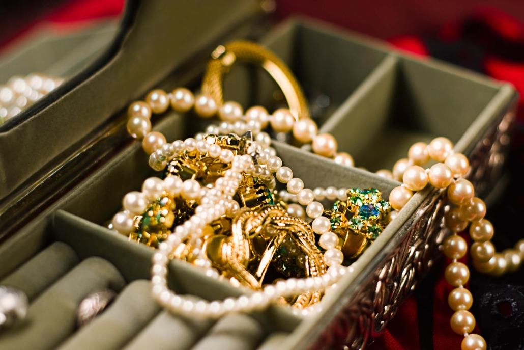 Entenda quais são os diferenças entre joias e semijoias
