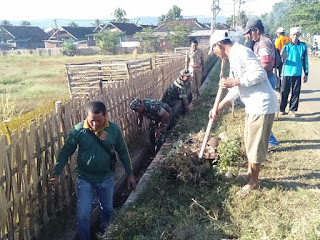Koramil Empang Bersama Warga Bersihkan Lapangan Banda