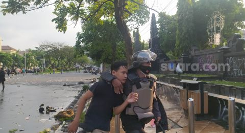 Massa Aksi Dipukul dan Ditendang, Polisi Tak Perbolehkan Jurnalis Merekam