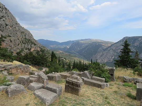 Kamienie ze starożytnego świata w Delfach.