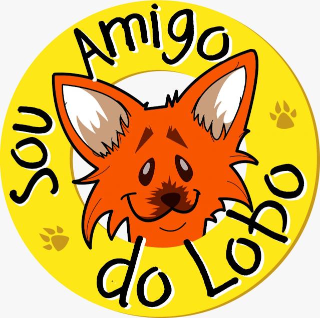 """A imagem mostra o selo """"Sou amigo do Lobo"""". Há o desenho do lobo-guará, representado nas cores laranja, orelhas em pé e uma carinha rindo. Em volta há um círculo amarelo com os escritos Sou amigo do lobo em preto e com sombras de patas."""