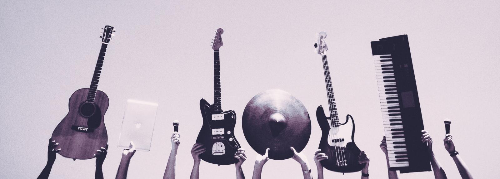 Музыкальные инструменты в руках