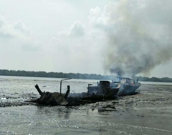 Salahsatu kapal pukat yang dibakar nelayan tradisional.
