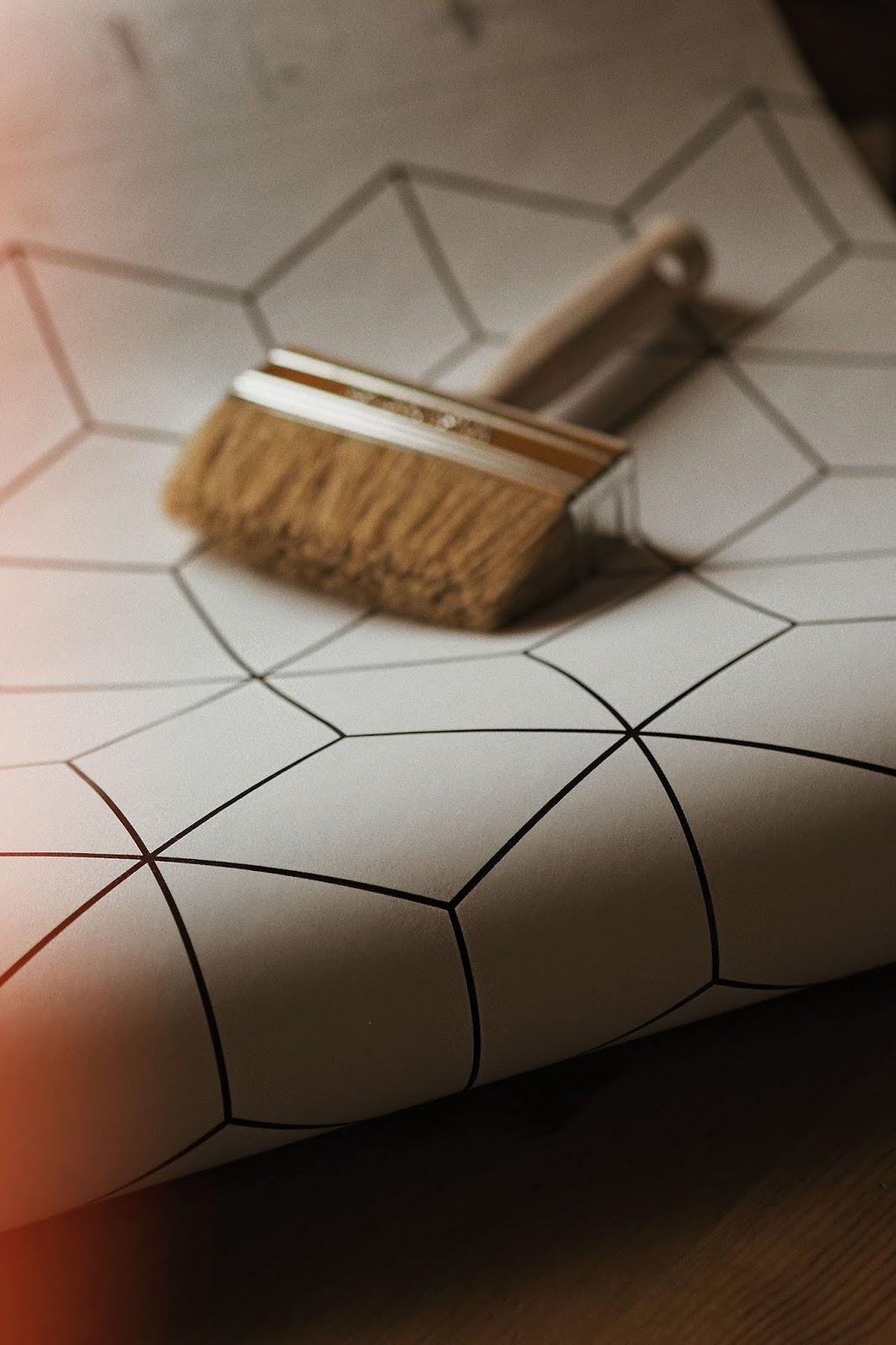 Jak zrobić remont łazienki małym kosztem? Malowanie kafelków, fototapeta, tapeta z włókna szklanego