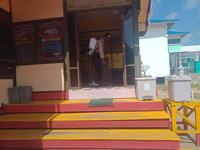 Personel Polsek Karau Kuala Rutin Semprot Disinfektan di Lingkungan Mako