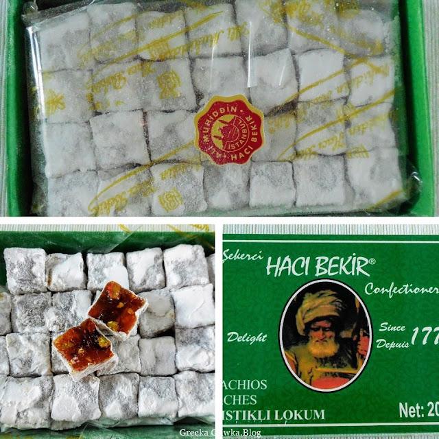 tureckie delicje w kształcie miniaturowych kostek w ciemnozielonym pudełku Haci Bekir, loukoumia o smaku pistacjowym