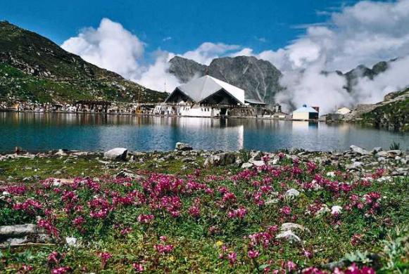 हेमकुण्ड एक पवित्र झील,