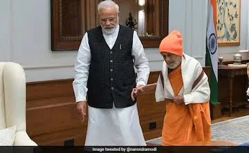 PM Modi Meets Vishvesha Teertha Swami Of Pejawara Matha On Guru Purnima